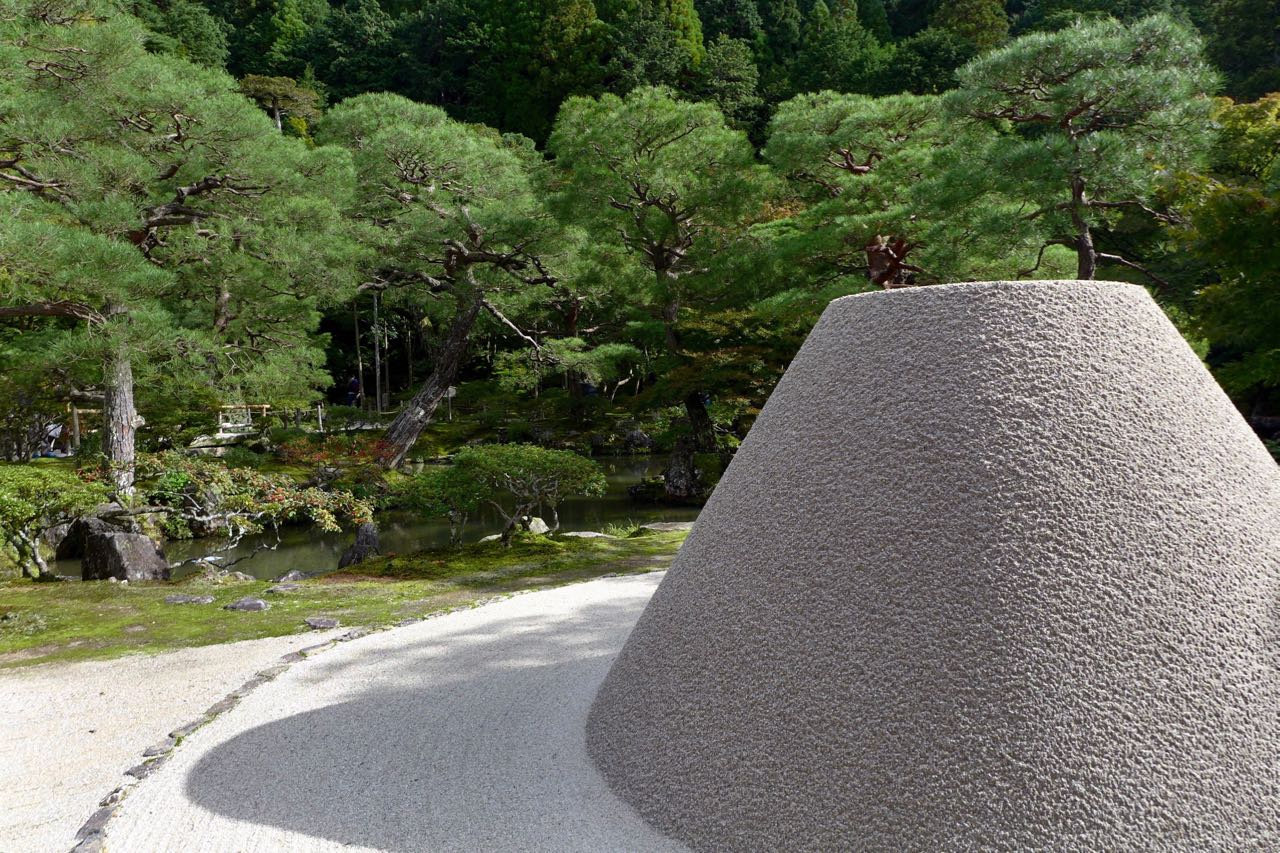 Akkurater Sandkegel im Ginkaku-ji-Tempel Silbener Pavillon