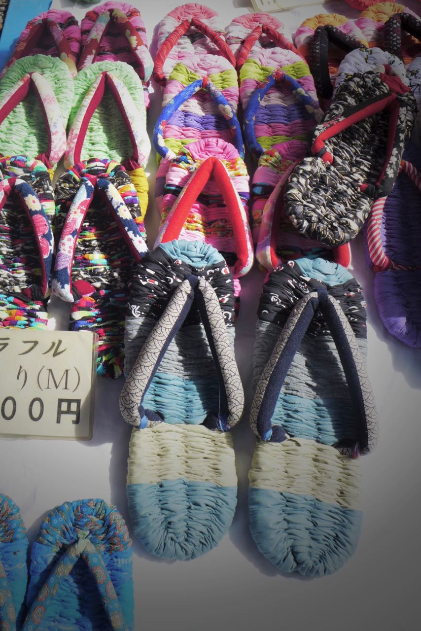 Japanische Flip Flops – Souvenirs auf Kyotos Flohmärkten