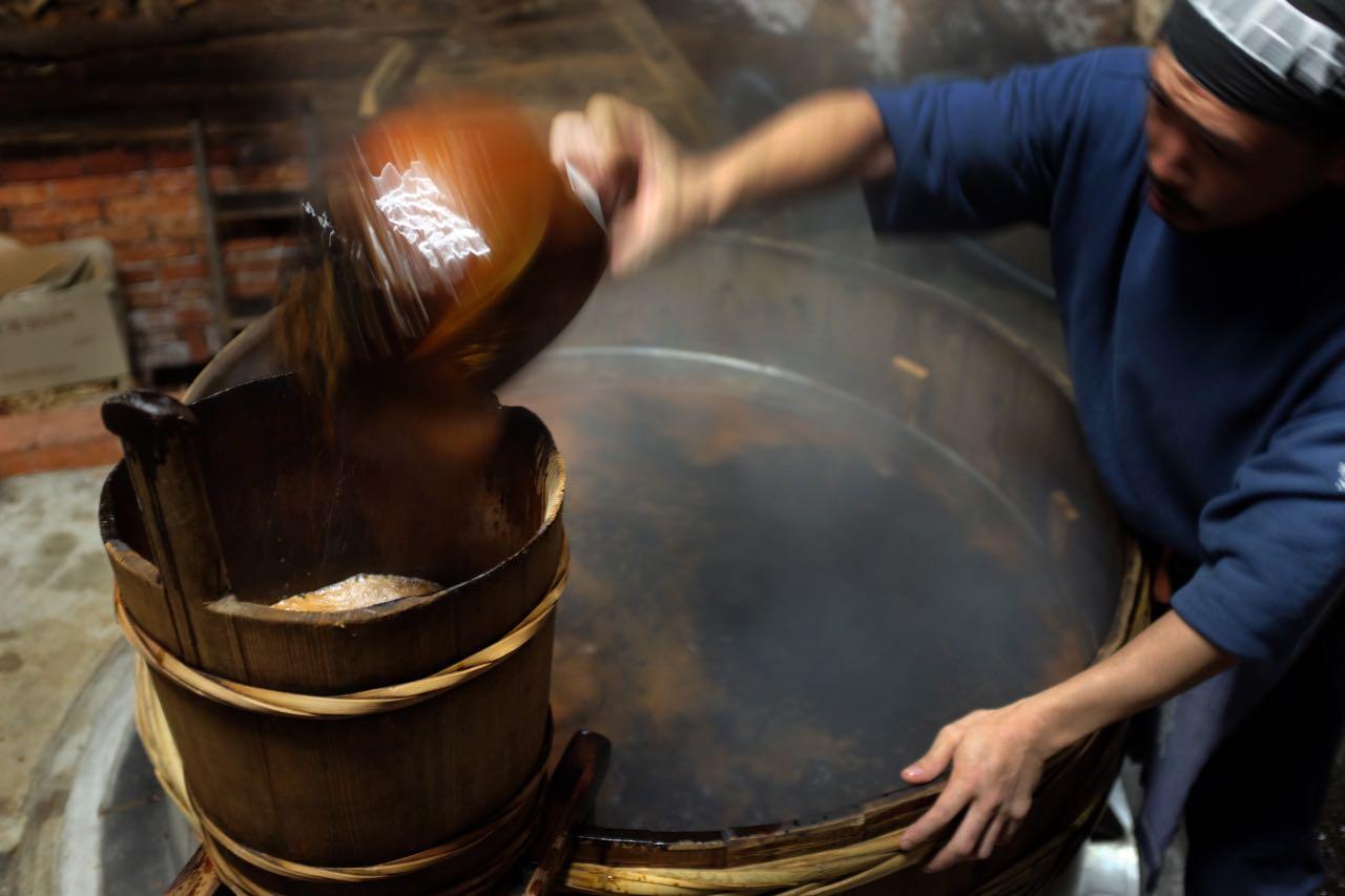 Alles Handarbeit beim Herstellungsprozess der Kadocho Sojasauce
