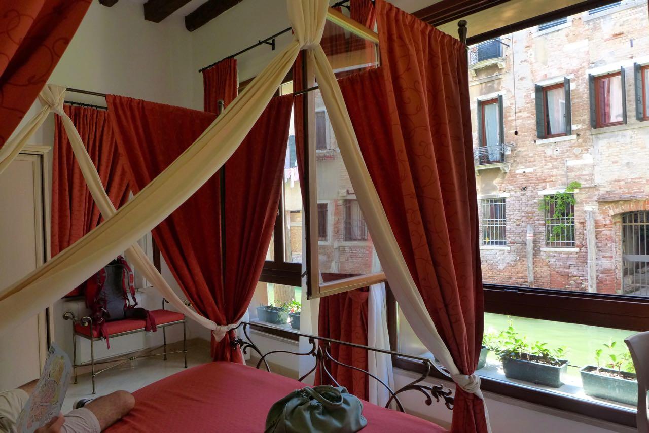 Rotes Zimmer mit Kanalblick, Alla Vite Dorata Venedig