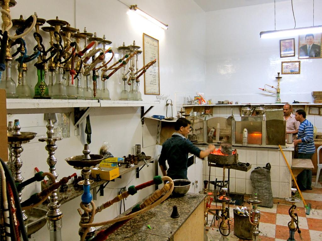 Im Café werden die Shiha Pfeifen vorbereitet, Aqaba Jordanien