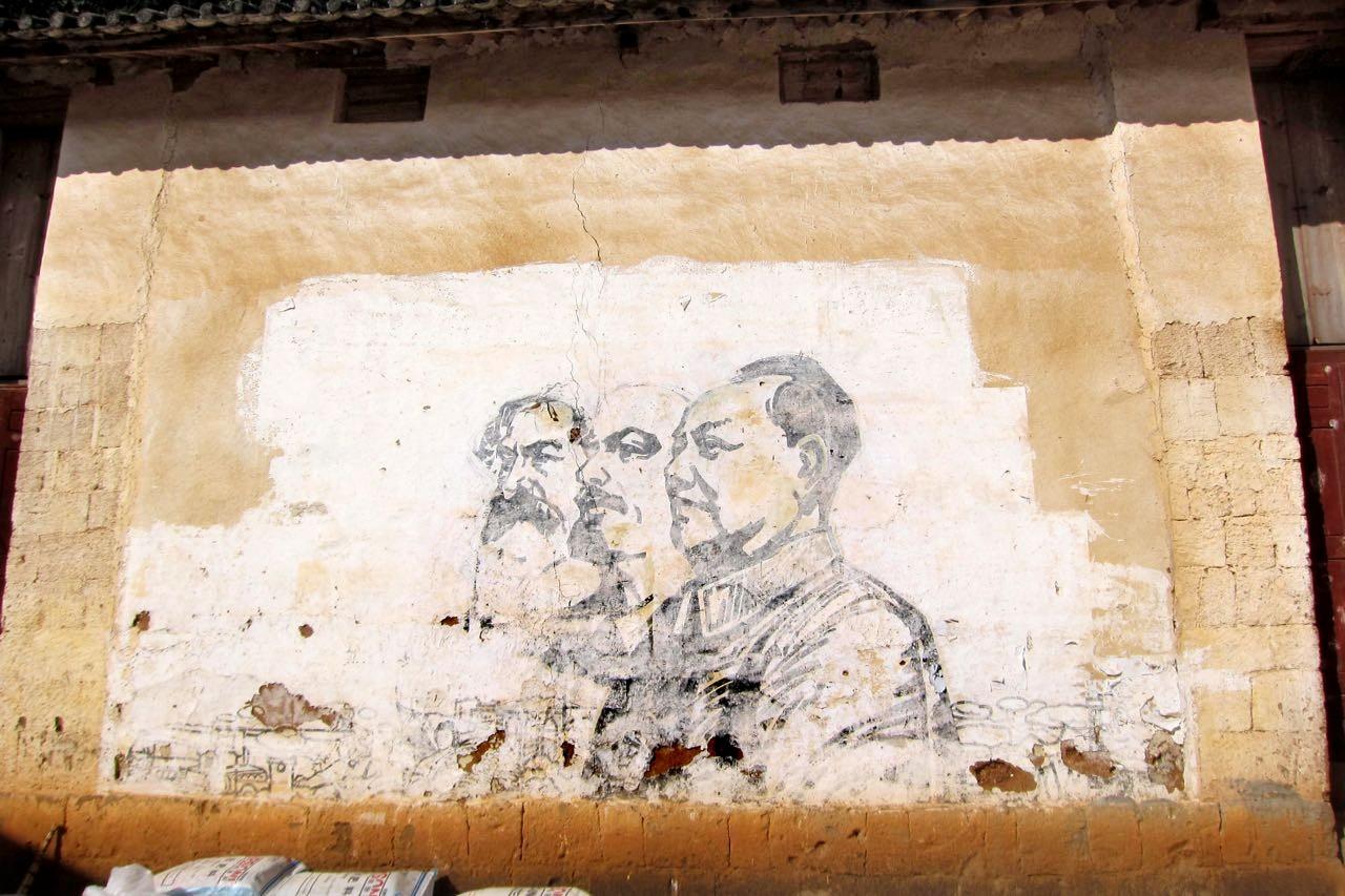 Marx, Lenin und Mao halten sich an der Tempelmauer seit der Kulturrevolution