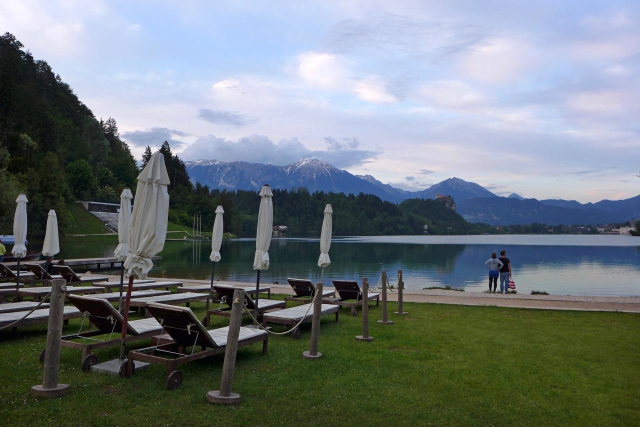 Sonnenliegen und Bar vorm Camping Bled