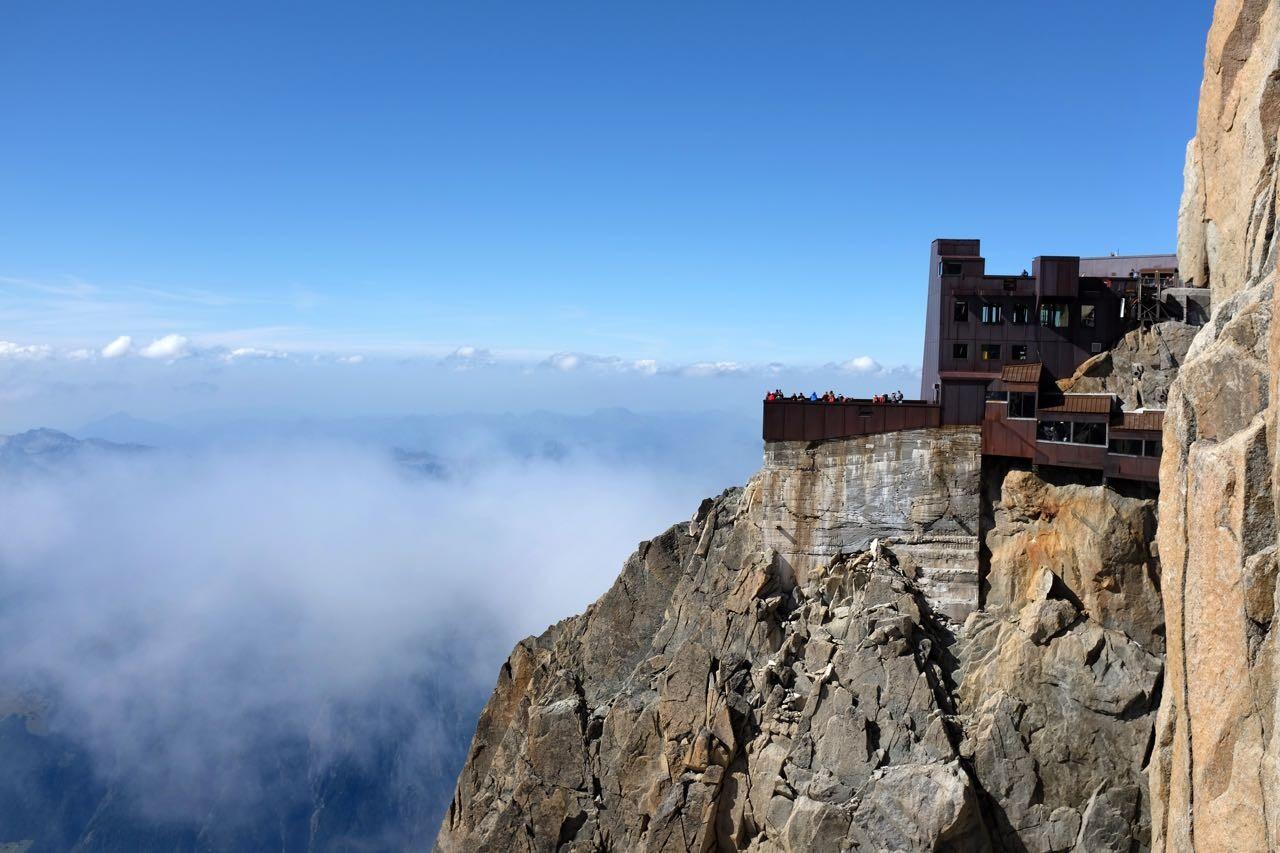 Mit der Seilbahn geht es hoch hinauf. Mont Blanc Bergstation Aiguille du Midi auf 3842m