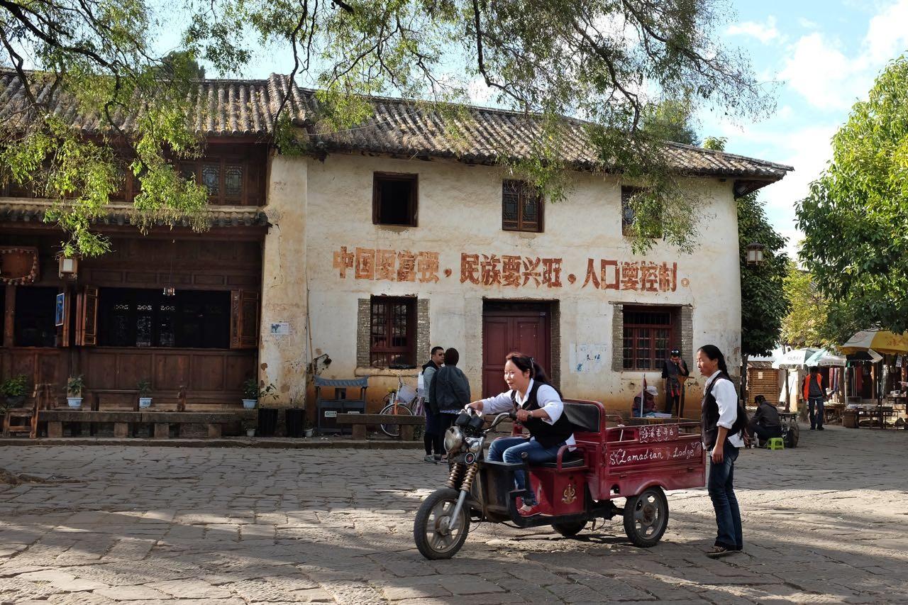 Der alte Marktplatz von Shaxi eignet sich auch für Fahrstunden