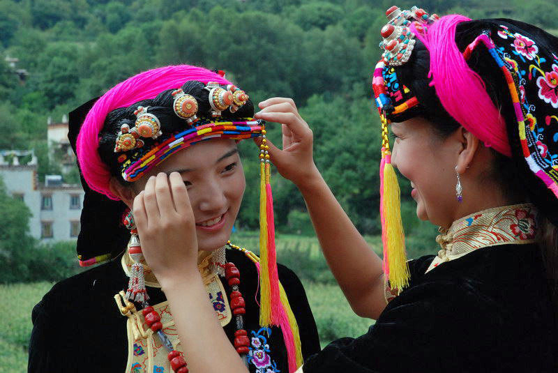 Die schönen Qiang-Tibeterinnen mit ihrem Kopfschmuck