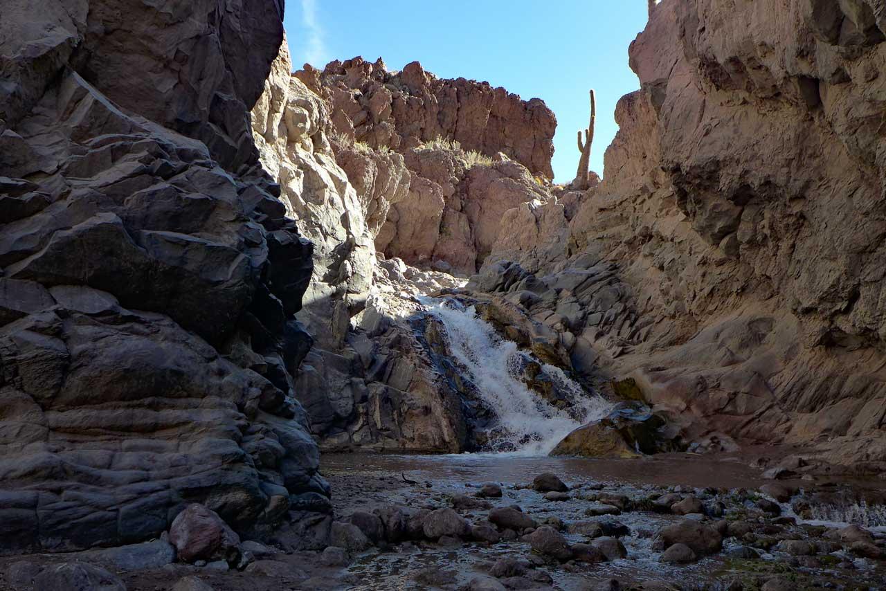 Auch ein Wasserfall gibt es in der Atacama im Kaktustal bei Guatín
