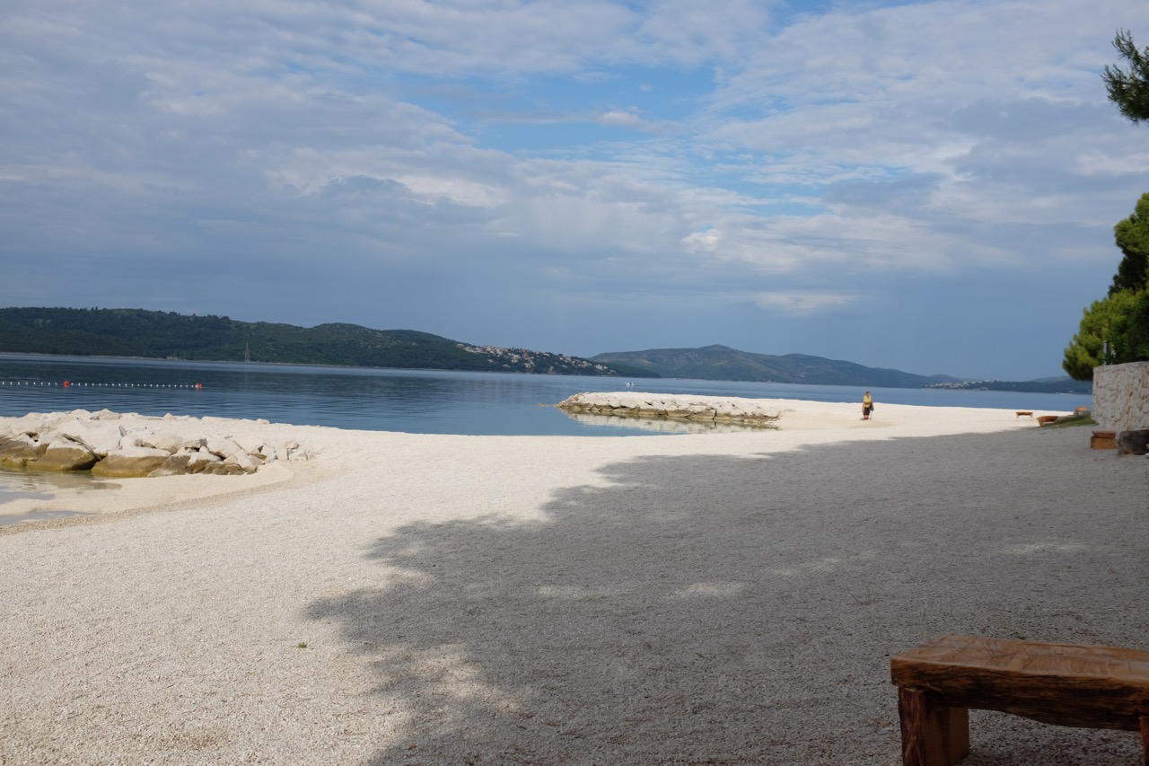 Clean Beach. Der Strand am Camp Rožac wird jeden Morgen gefegt
