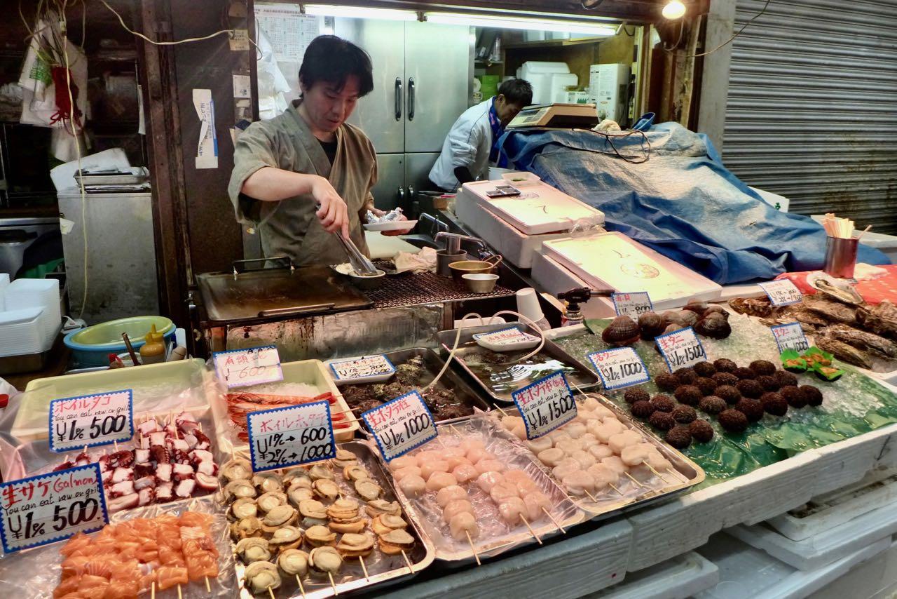 Alles aus dem Meer kommt auf den Grill – Kuromon Ichiba Food Market Osaka