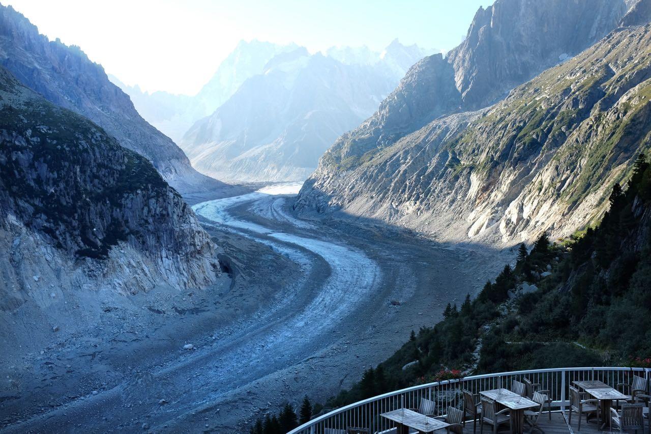 Gute Aussicht auf die 11km lange Gletscher-Autobahn des Mer de Glace