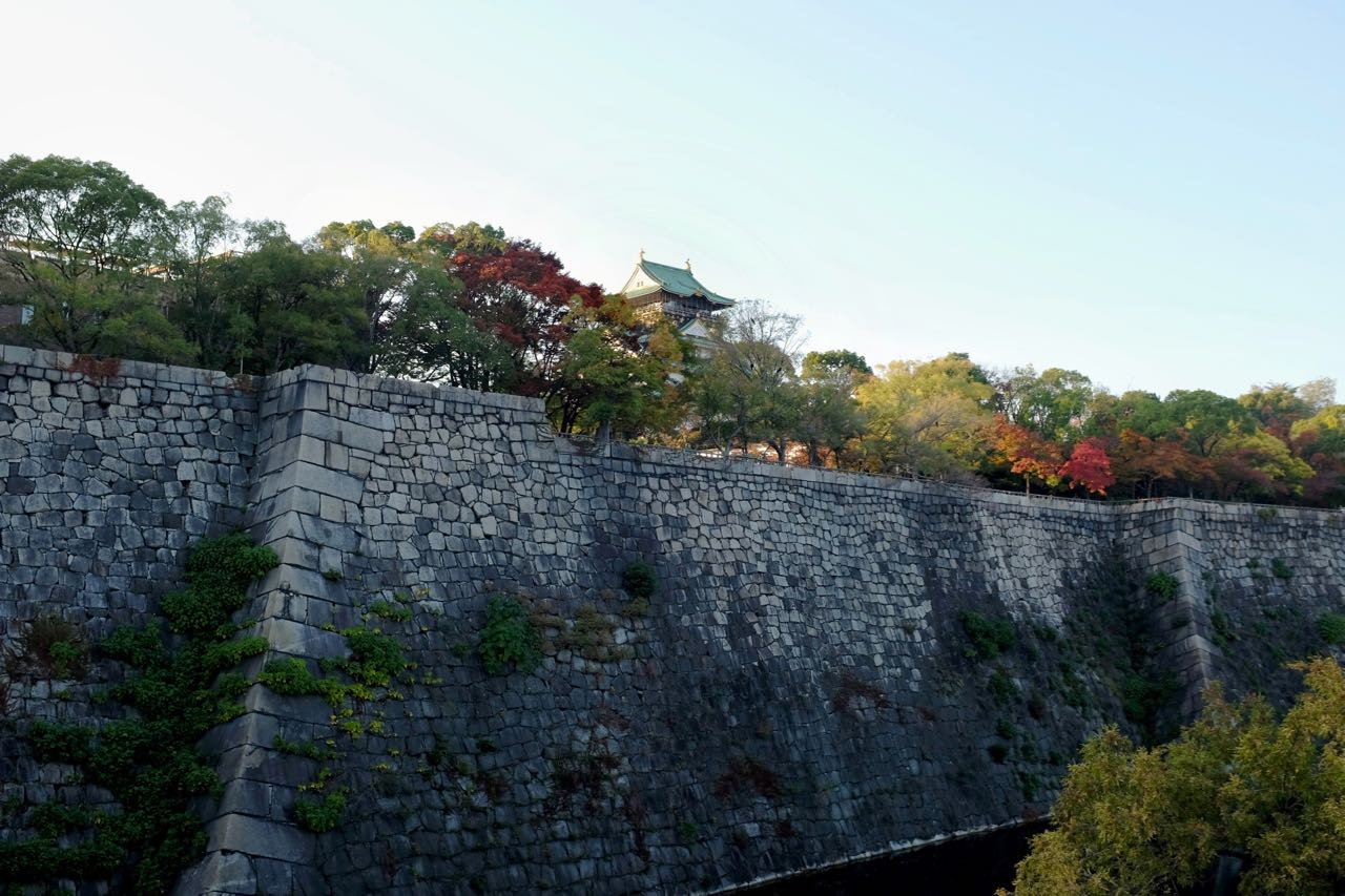 Imposante Burgmauer von Osaka Castle
