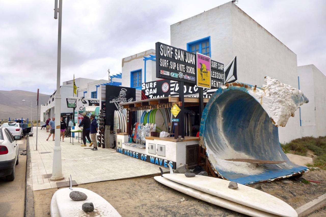 Im Fischerdorf Caleta de Famara, alles fürs Wellenreiter