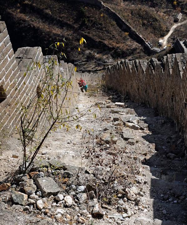 Steiler Abstieg über den unrestaurierten Mauerabschnitt