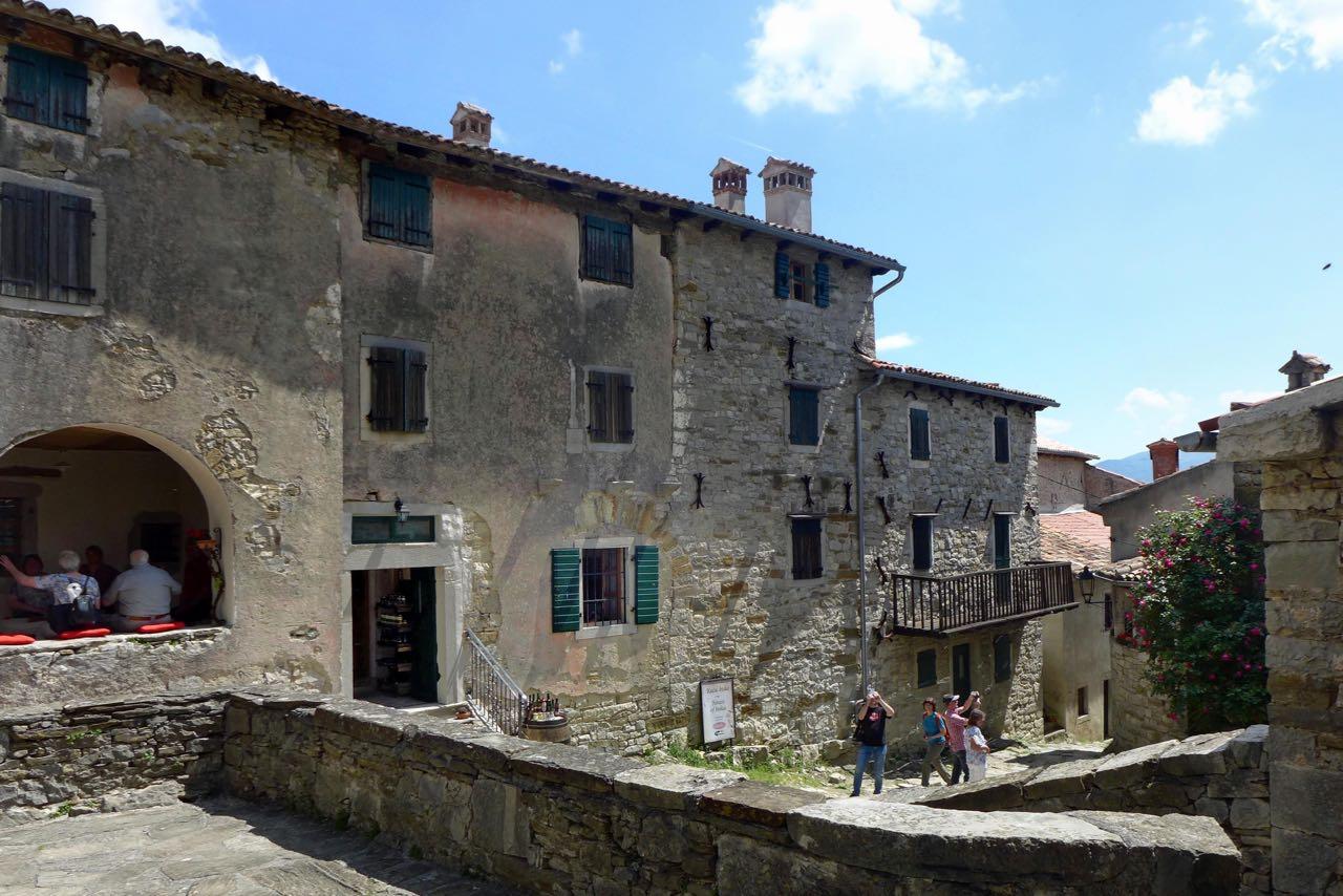 """Dorf Hum """"kleinste Stadt der Welt""""Dorf Hum in Instrien"""