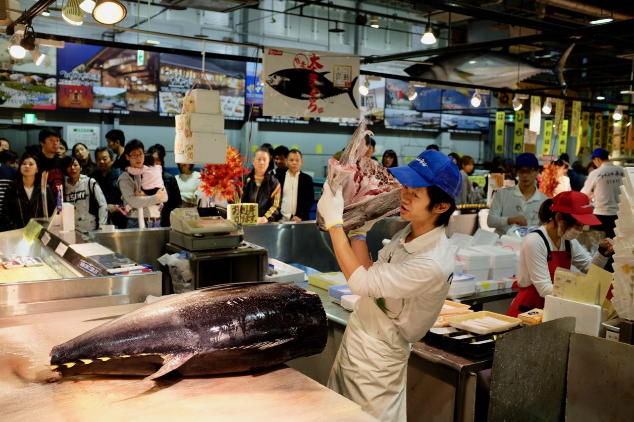 'Tuna Carving Show' im Tore-tore Seafood Market Shirahama