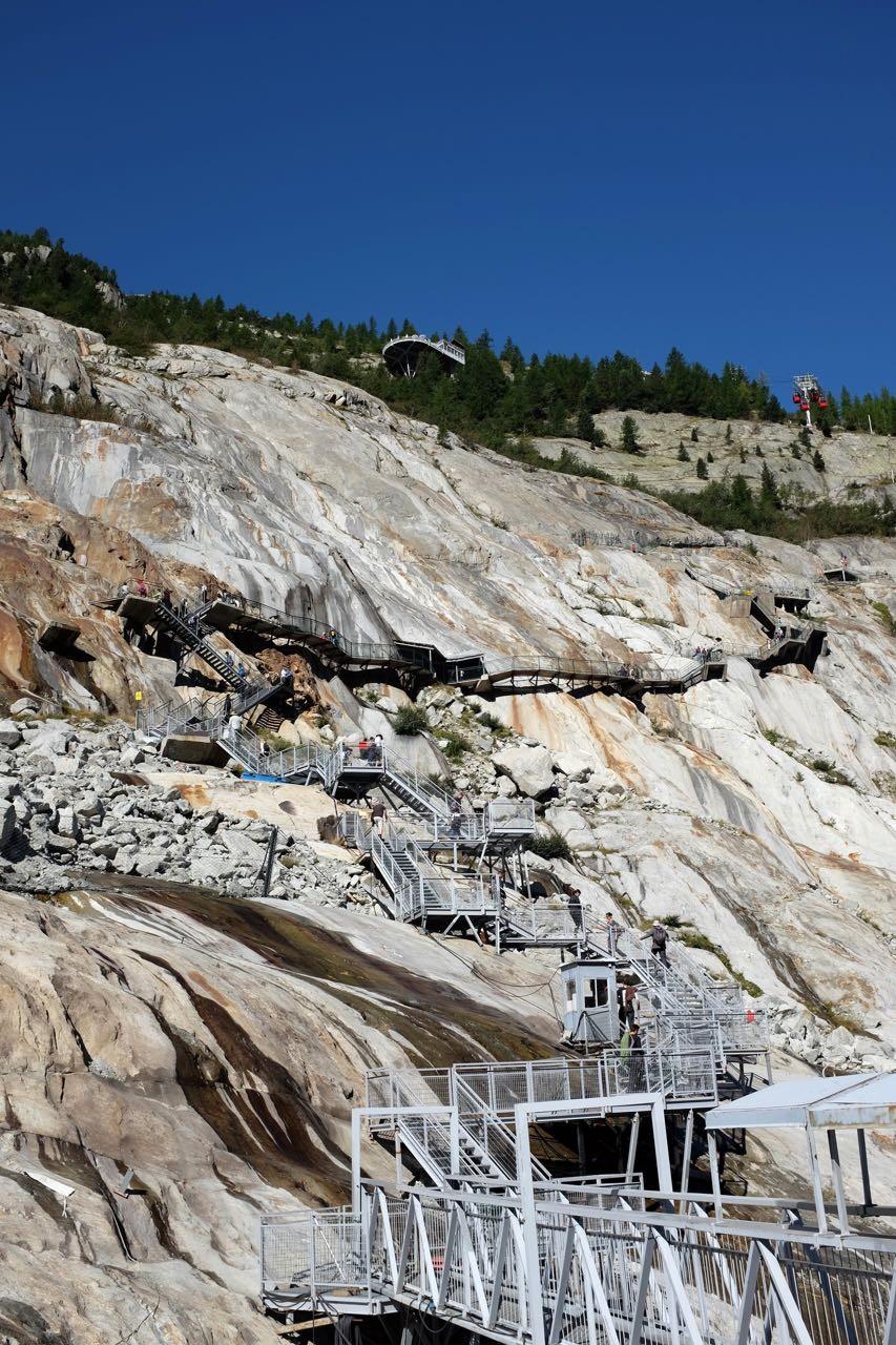 An den Treppen zeigen verschiedene Jahresmarkierungen wie hoch noch der Gletscher zu jener Zeit war