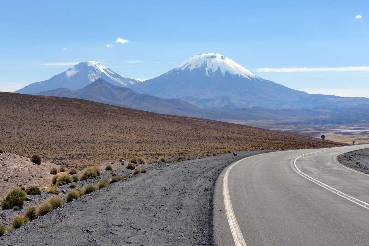 Eis bedeckte Vulkane Pomerape und Parinacota, Lauca Nationalpark