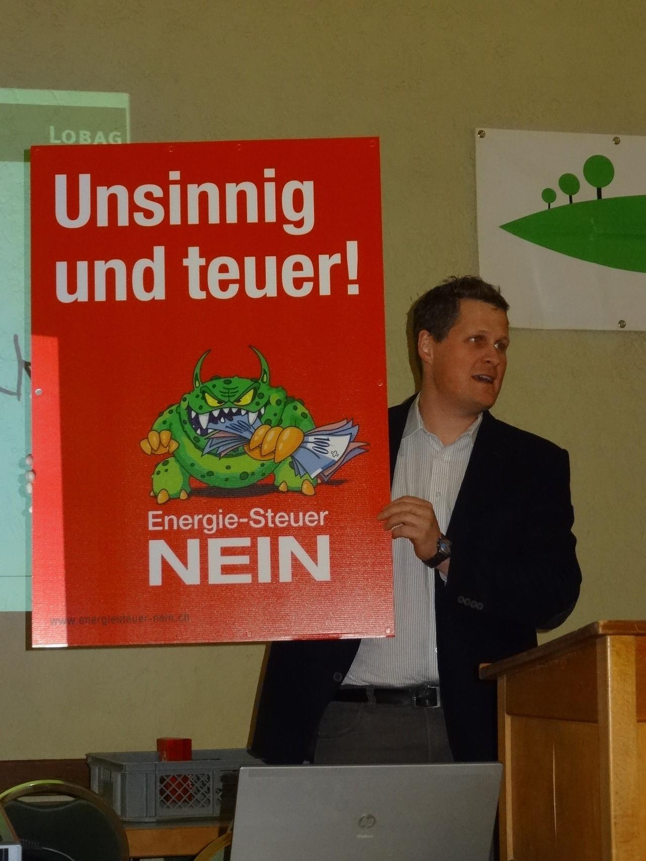 Andreas Wyss, LOBAG stellt das Plakat gegen die Energiesteuer vor