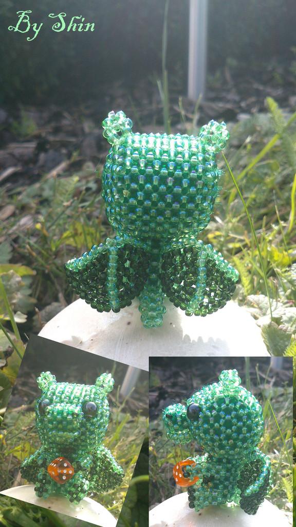 Grüner drache mit würfel