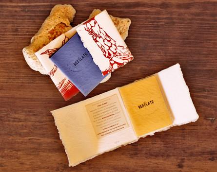 Ejemplares a distintos colores de La guerrera me dijo (Linograbados a color sobre papel reciclado hecho a mano en India a partir de tejidos naturales de algodón) Irene Cuesta 2009