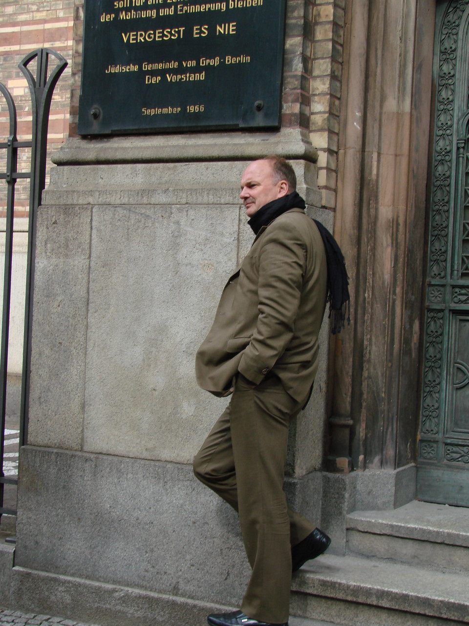 Vor der Synagoge in Berlin, nach Abschluss meines Lesemarathons