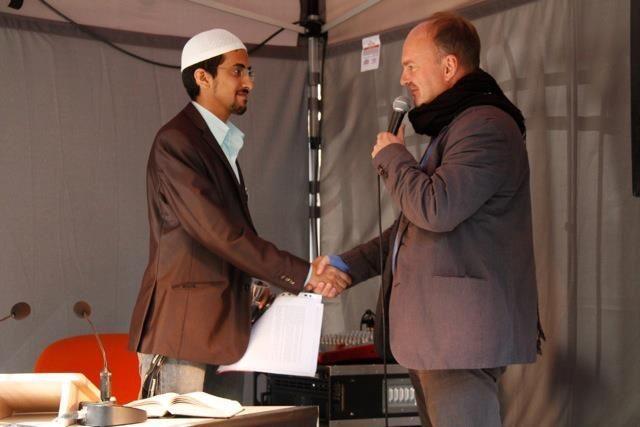 Mit einem Vertreter des Zentralrats der Muslime bei der öffentlichen Lesung von Koran, jüdischer und christlicher Bibel vor der Synagoge in der Oranienburger Straße in Berlin
