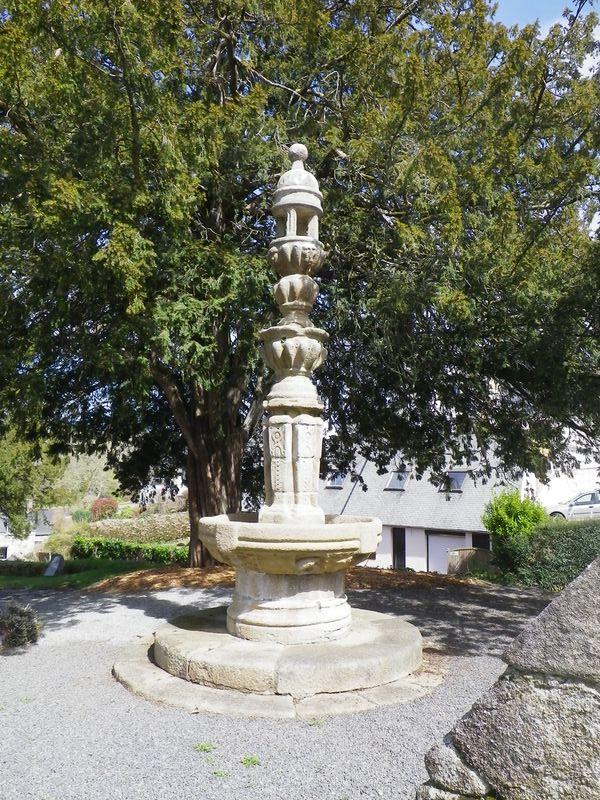 Fontaine Renaissance -enclos de l'église - Loguivy