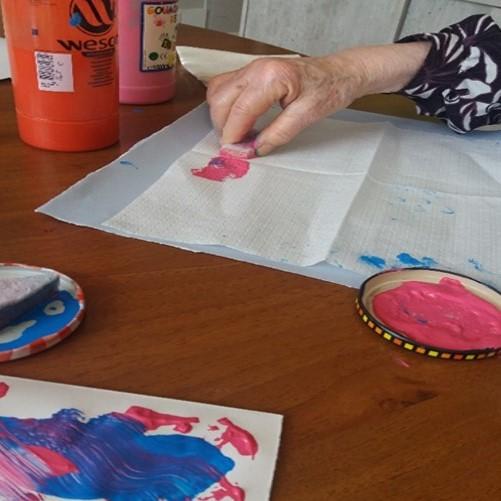 Peinture à l'éponge, atelier avec une personne atteinte d'Alzheimer