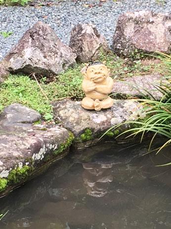 腕組みして瞑想にふける邪鬼