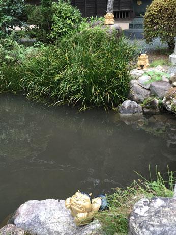 池のほとりで遊ぶ邪鬼