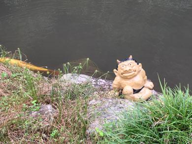 池のほとりで一休みする邪鬼