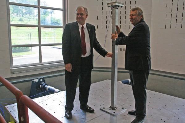 Landrat Gall und Chairman York testeten einen Erdbebensimulator an der George-Washington-Universität.