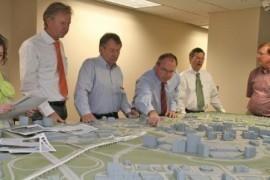 Jörg Puzicha (rms, 1. v. l.) und Landrat Gall (2. v. l.) ließen sich die Planungen für die Zubringerbahn zum internationalen Flughafen Washington-Dulles erläutern. (Bild: MTK)