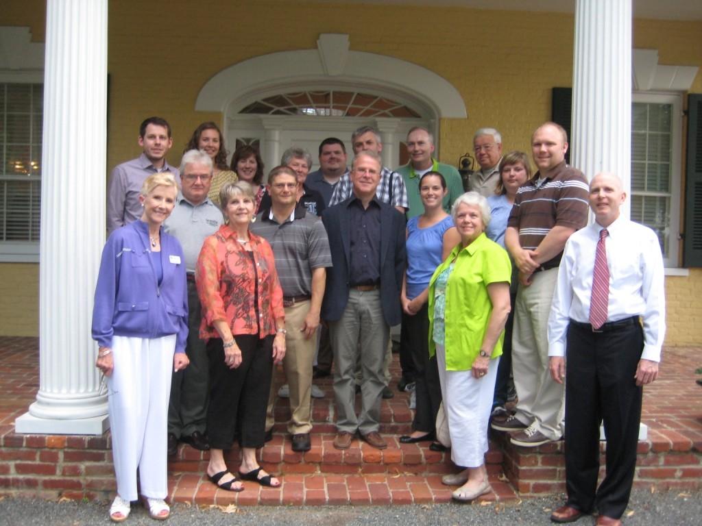 Gruppenfoto der Teilnehmer vor Dodona Manor.