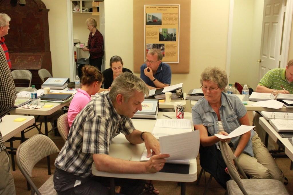 Workshopteilnehmer arbeiten in Leesburg an Ideen, wie man den Marshallplan am besten unterrichten kann.