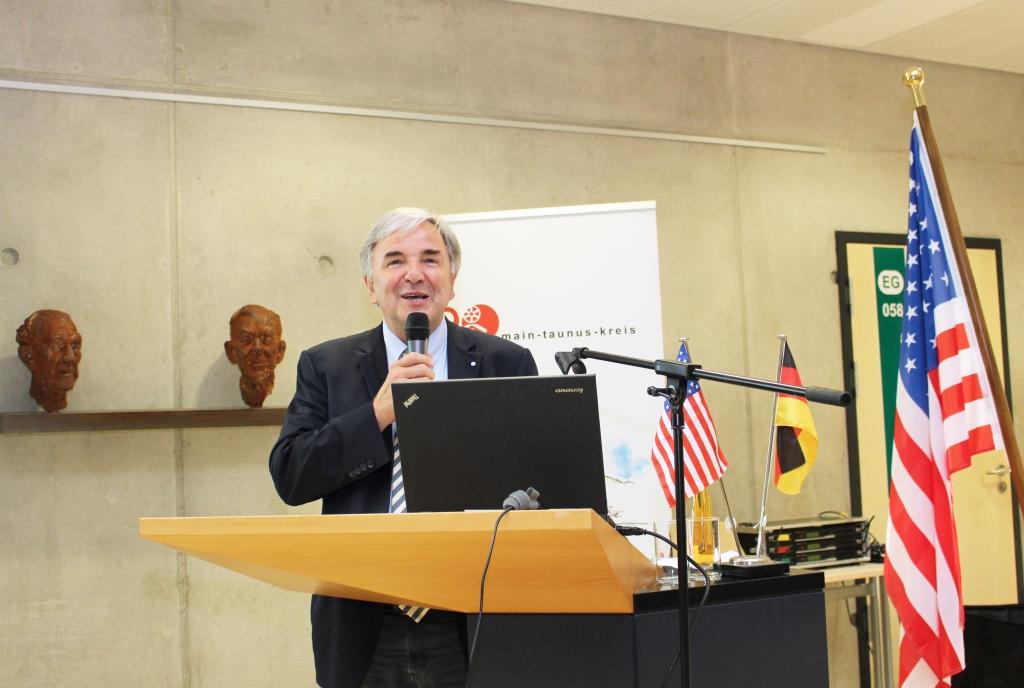 Dr. Helmut Müller vom Kulturfonds erläuterte die Programmreihe