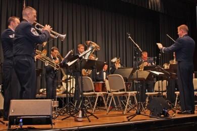 Auf Einladung der George-Marshall-Gesellschaft war die Band der US Air Forces in Europe (USAFE) in der Stadthalle Eschborn zu Gast. Das Programm mit weihnachtlicher Musik in verschiedenen Stiilen begeisterte vor vollem Haus.  (Bilder: MTK)  (9.12.2010)