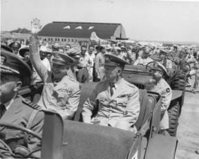Marshall mit General Dwight D. Eisenhower in Washington, Juni 1945 (Bild: Truman Library)