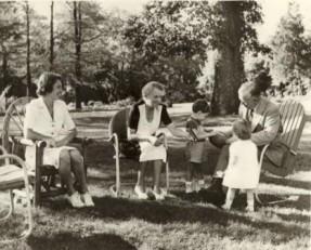 Die Marshalls im Garten von Dodona mit Mrs. Marshall's Tochter, Molly Winn, und Mollys Kindern, 1944 (Bild: George C. Marshall Foundation)