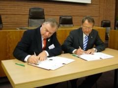 Chairman York (li.) und Landrat Gall bei der Unterzeichnung der Partnerschaftsurkunde 2006 in Hofheim (Bild: MTK)