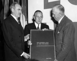 Marshall erhält eine Dokumentation des nach ihm benannten Plans, 1950 (Bild: Truman Library)