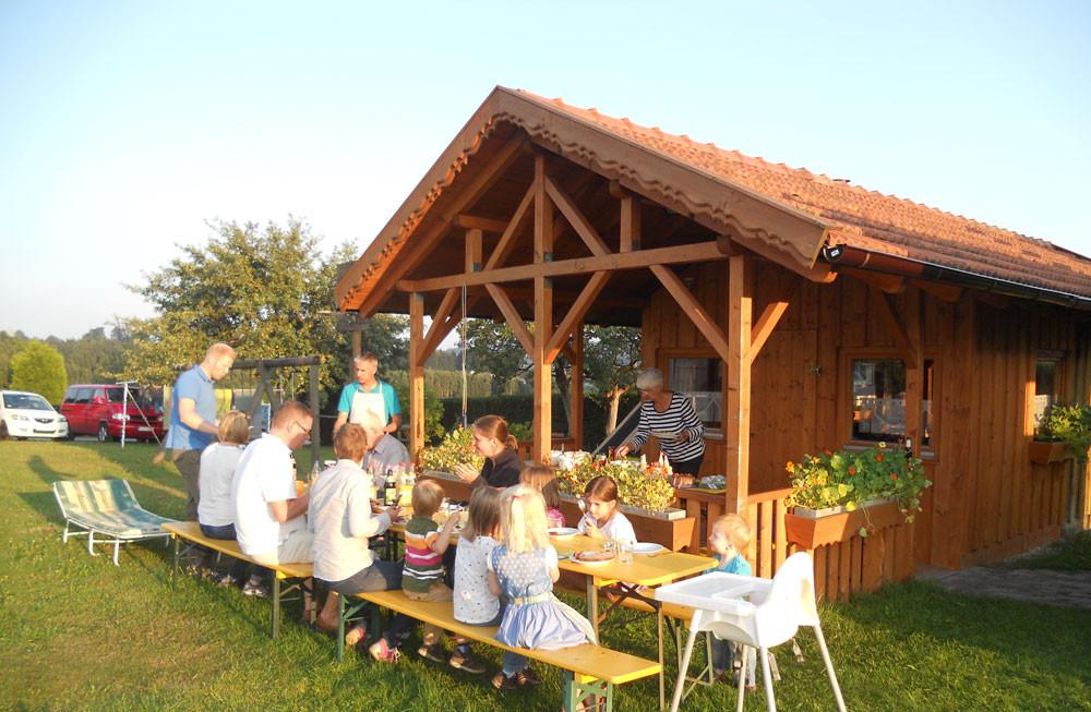 """Gemütliche Stunden in der Gartenlaube am Ferienbauernhof """"Beim Bergler"""""""