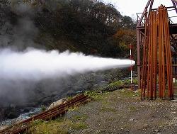 蒸気、熱水噴出写真です。