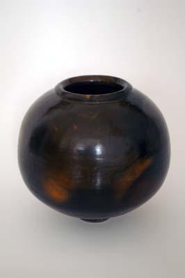 im Grubenbrand geschmauchte, unglasierte, polierte Vase