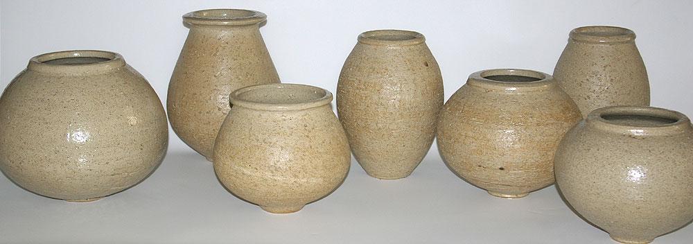 diverse Vasen wilder Ton Steinzeug