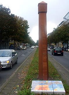 Denkmal für Kinder im Straßenverkehr (2006): Stele,  H: 3,70 (Rachel Kohn)