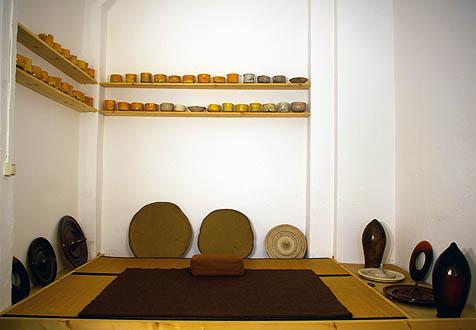 Atelierausschnitt für Zazen mit Raku Teeschalen und diversen Keramik-Arbeiten