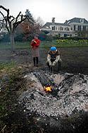Keramik liegt nach dem Grubenbrand in der Asche und wird geborgen