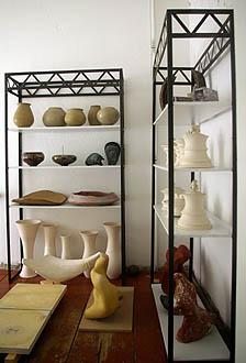 Zwei Regale mit diversen Keramikarbeiten