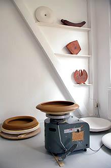 Ausschnitt des großen Atelierraumes mit Drehscheibe und Ton-und Keramikarbeiten